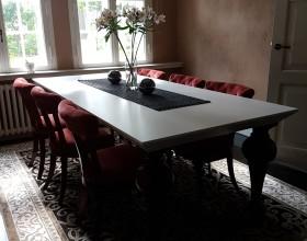 restaureeritud toolid laua ümber